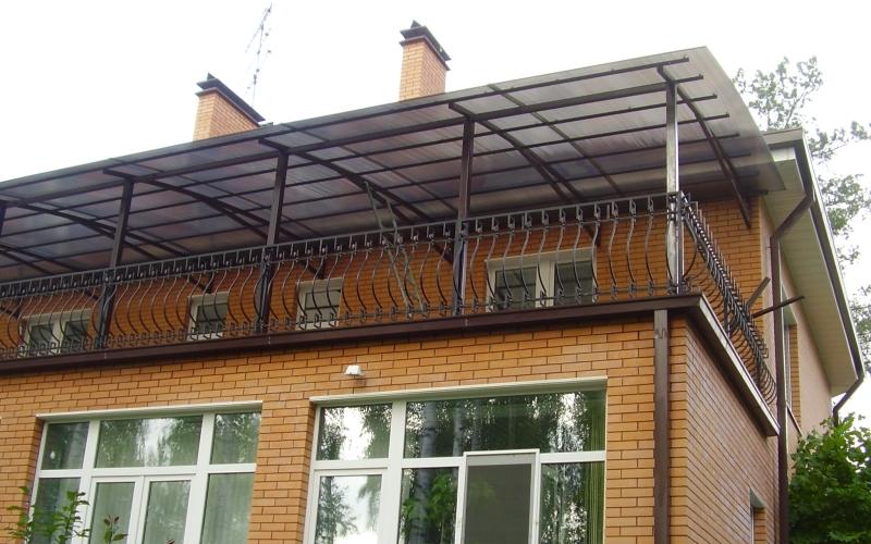 Укрытие над балконом частного дома