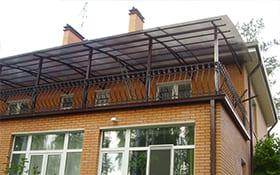 Над балконом
